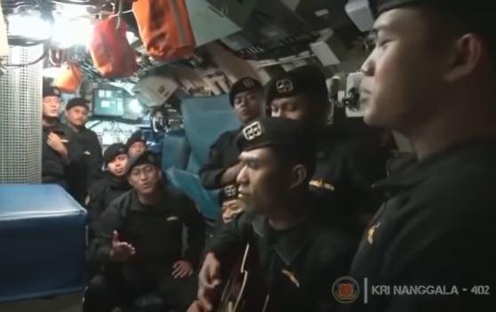 Tripulantes de submarino que naufragó en Indonesia cantan canción de despedida