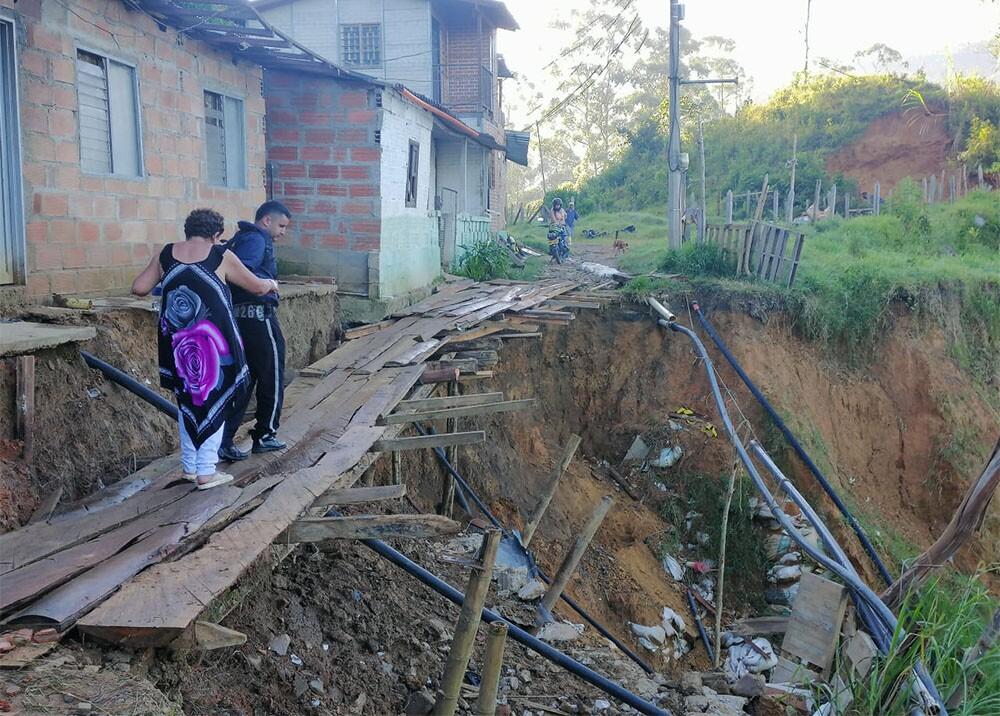 336652_BLU Radio. Improvisan puente en vereda de Caldas / Foto: BLU Radio