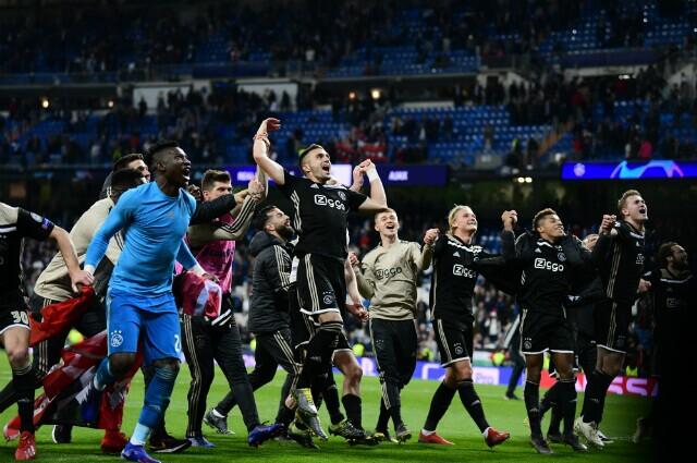318534_Ajax celebrando