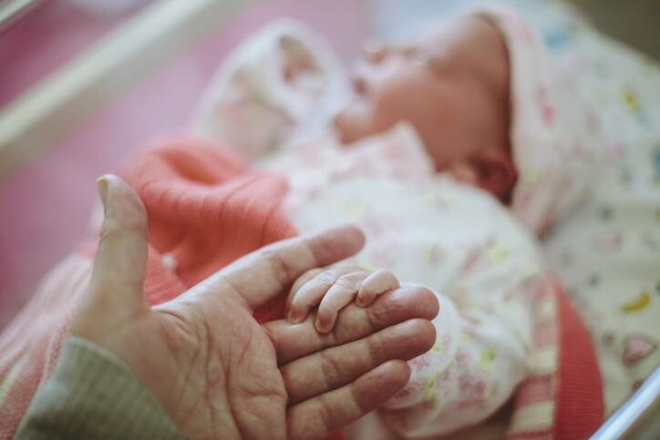 Viral: mujer que dio a luz en coma conoce a su bebé después de meses