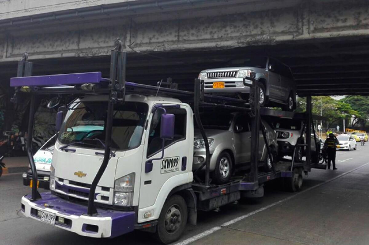 Vuelve y juega: vehículo niñera se atascó debajo de puente en norte de Cali