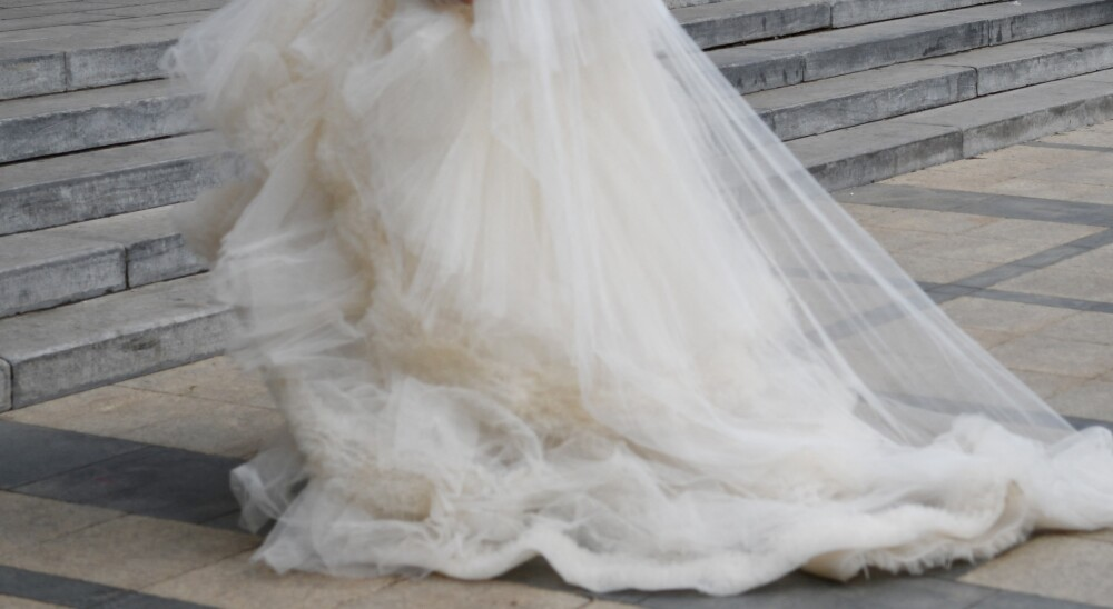 Diseñador creo un vestido de novia utilizando 1.500 tapabocas reciclados