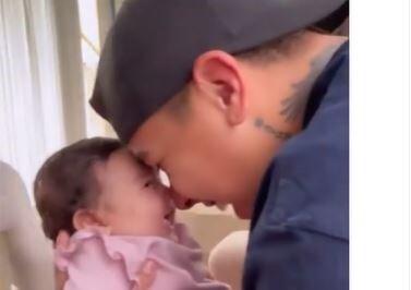 Felipe Saruma con la hija de Andrea Valdiri.JPG