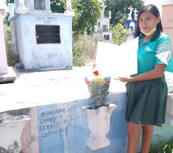 niña celebra grado en la tumba de su mamá.