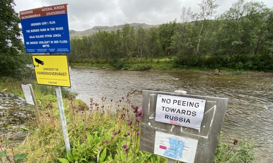 Letrero que prohíbe orinar mirando a Rusia en Noruega