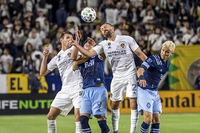 333014_Acción de juego entre LA Galaxy y Vancouver Whitecaps