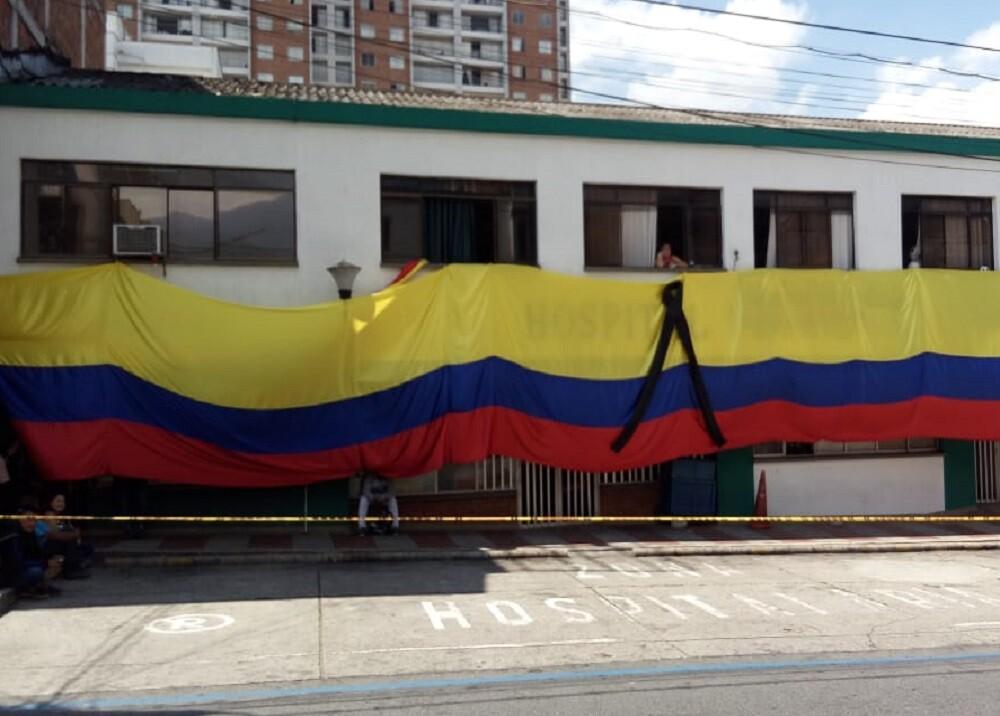 FOTO BANDERA HOSPITAL PROTESTA.jpg