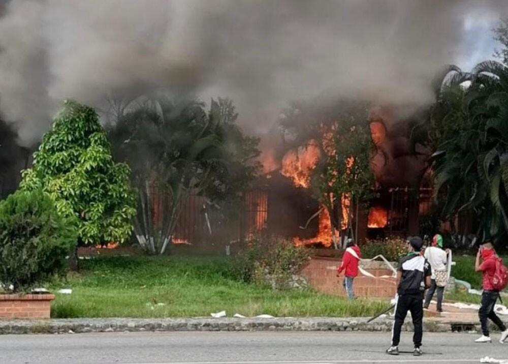 peaje de villarrica cauca incinerado en manifestaciones.jpg