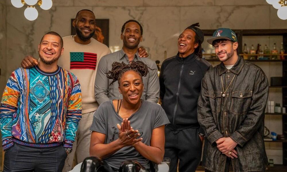 De izquierda a derecha: Paul Rivera, LeBron James, Maverick Carter, Nneka Ogwumike, Jay-Z & Bad Bunny en la cuarta temporada de 'The Shop: Uninterrupted' de HBO.