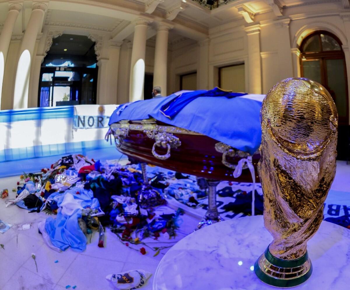 Indignación por empleados de funeraria que se tomaron fotos con el cuerpo  de Diego Maradona
