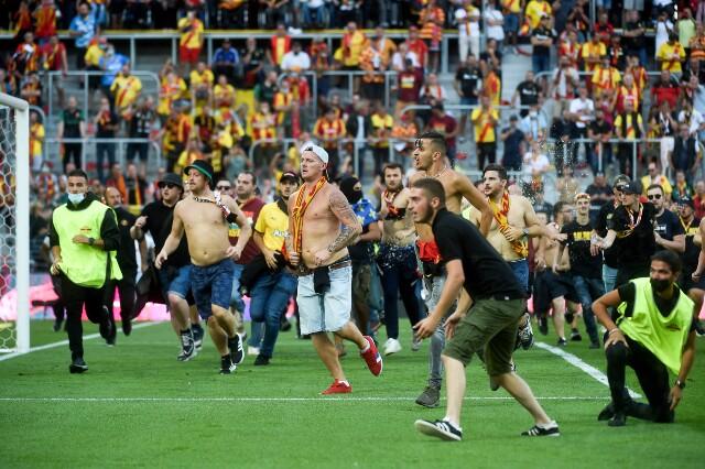 Invasión de hinchas en el partido de Lens contra Lille, en Liga de Francia