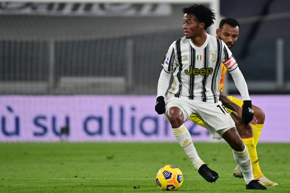 Juan Guillermo Cuadrado usando la cinta de capitán en la Juventus / AFP