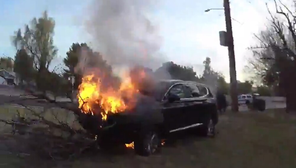 Salvan a un hombre de una camioneta en llamas