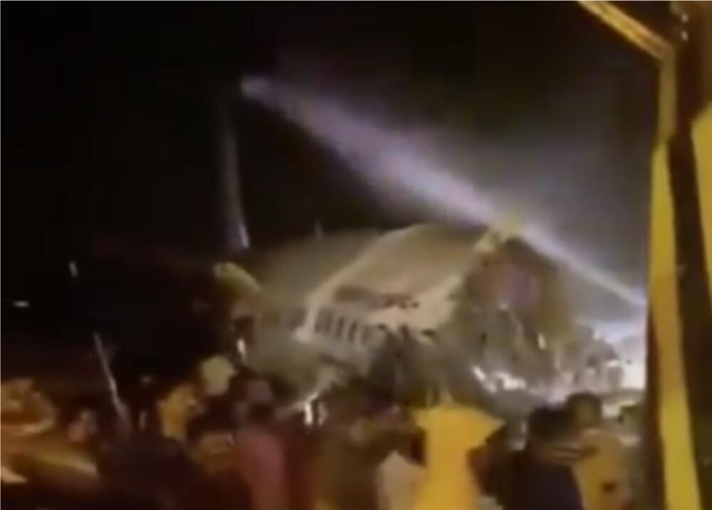 373572_Avión se partió en dos en India // Foto: redes sociales