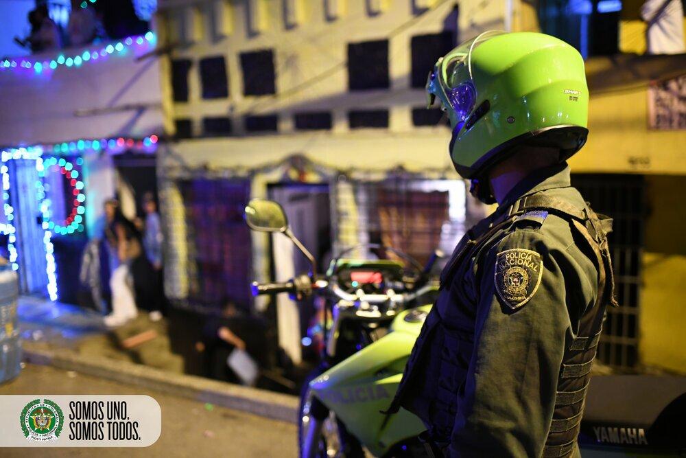 Policía vigila toque de queda año nuevo Medellín.jpg