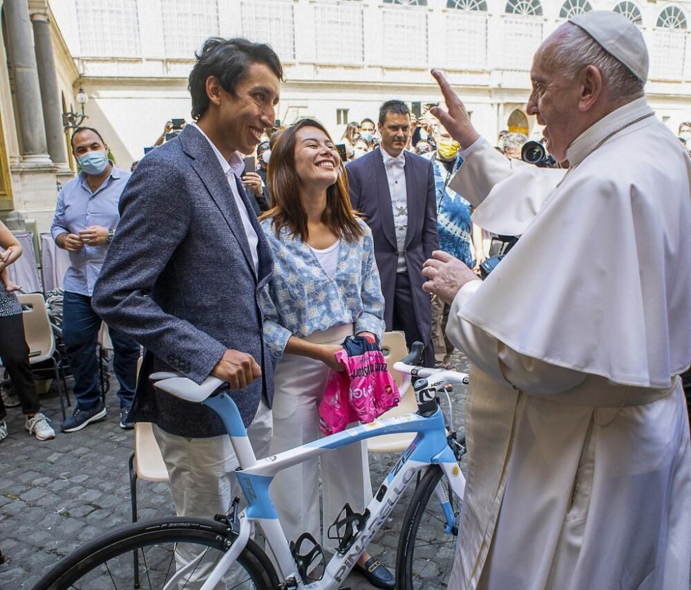 Egan Bernal y María Fernanda Gutiérrez con el papa Francisco