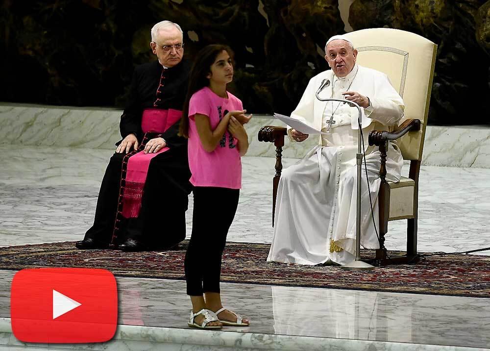 341546_BLU Radio // Niña enferma se robó el show durante audiencia general del papa Francisco // Foto: AFP