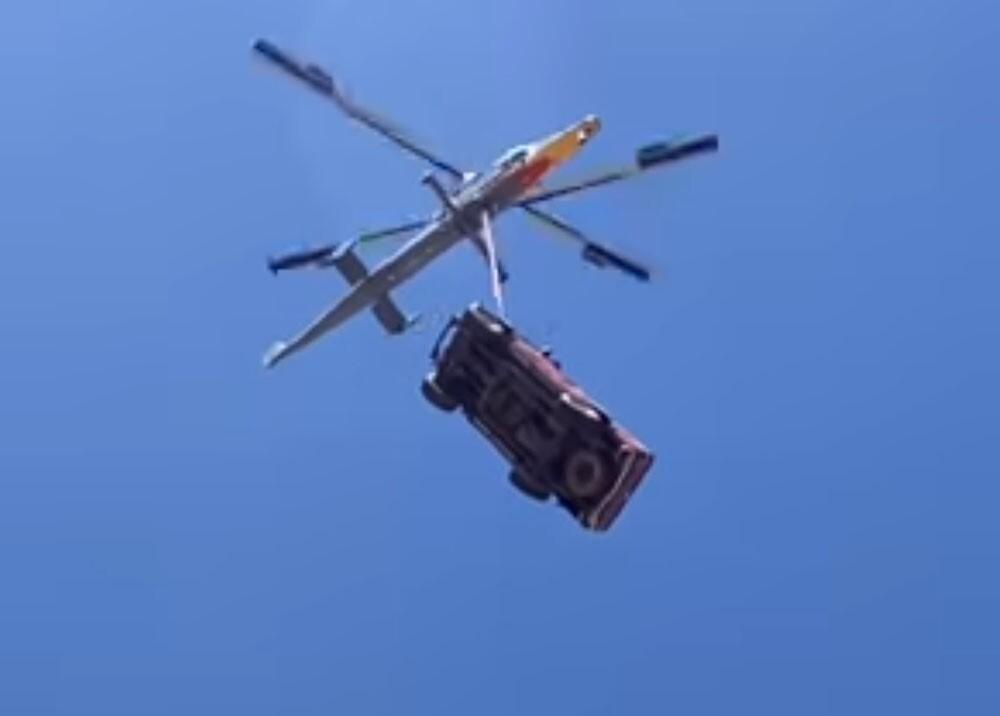 camioneta lanzada desde un helicoptero.jpg