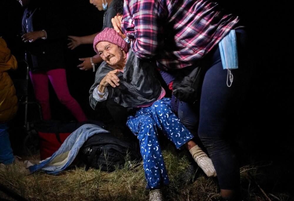 Trinidad Tábora Cruzando el Río Bravo en los brazos de su hija