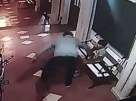 ladrón roba celular a niño en una iglesia
