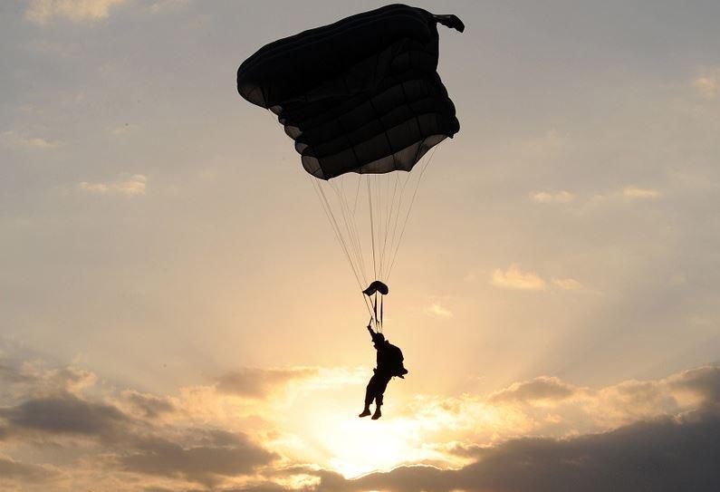 le falló el paracaídas a militar y atravesó el techo de una casa