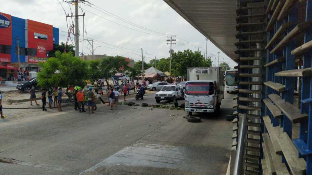373415_BLU Radio // Comunidad del barrio Las Moras en Soledad, bloqueo la troncal Murillo // Foto: BLU Radio