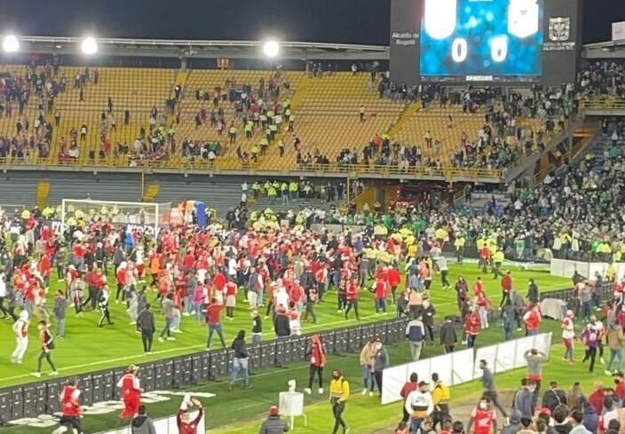 Pelea entre hinchas de Independiente Santa Fe y Atlético Nacional