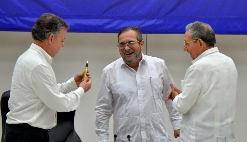 312125_El presidente Juan Manuel Santos, el jefe de las Farc, Timoleón Jiménez, 'Timochenko', y Raúl Castro, durante la firma del alto el fuego entre el Gobierno y las Farc en La Habana el 23 de junio de 2016 – Foto: AFP