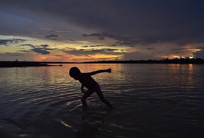 nino nadando_afp