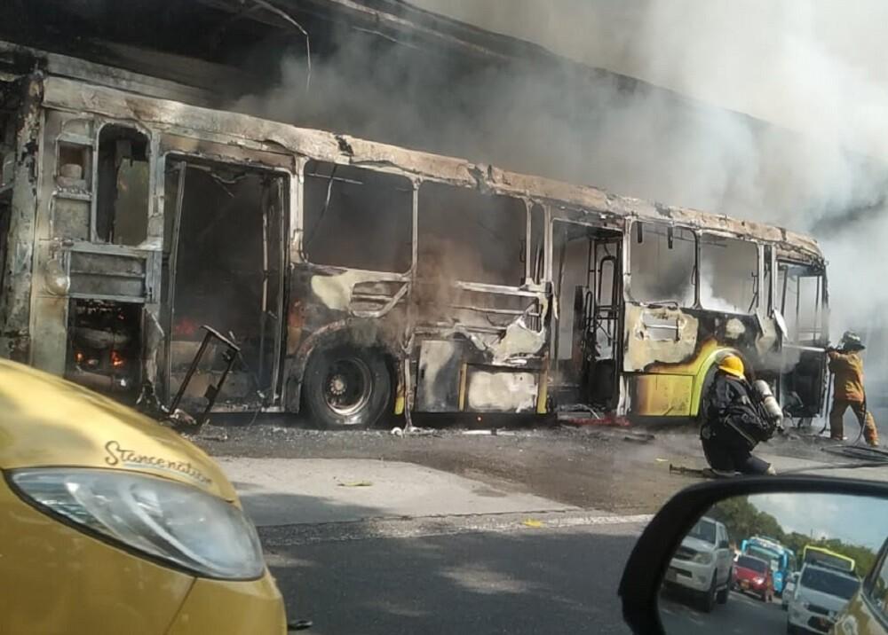 Bus de Metrolínea incinerado