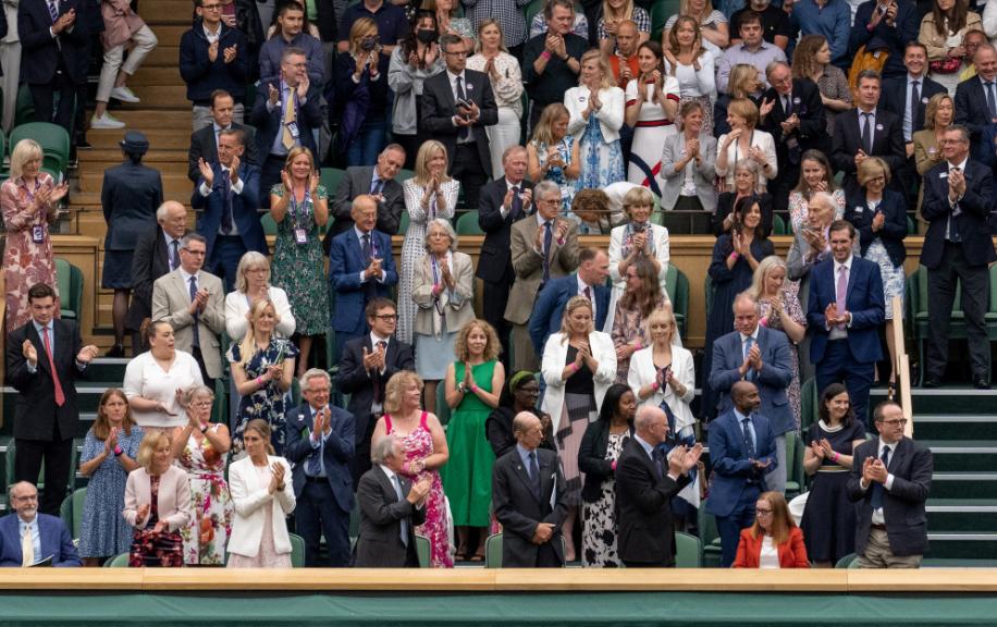 Los creadores de una vacuna contra el COVID asistieron a un partido de Wimbledon.