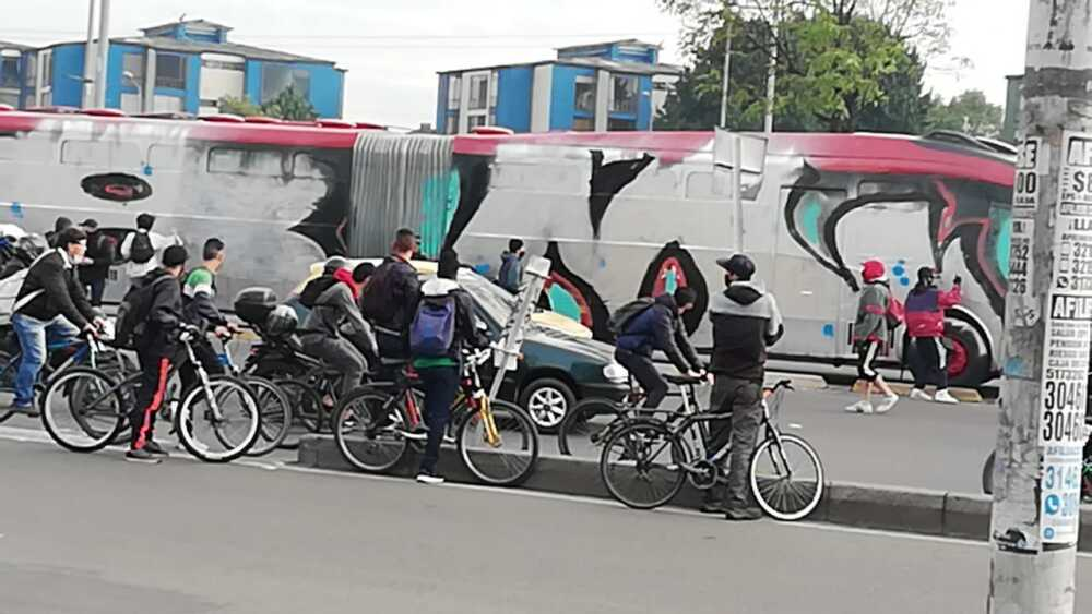 Pintan bus en el sector las Américas.