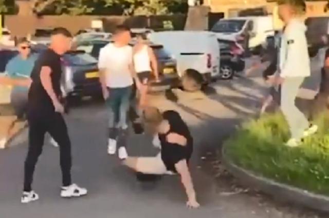 Hombre que orinó una lápida generó una pelea a las afueras de un bar en Inglaterra (2).PNG