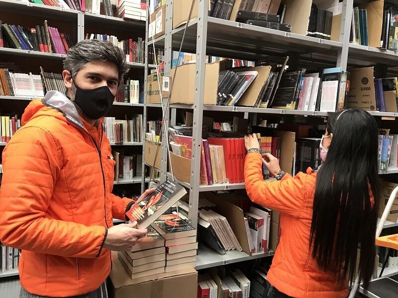 Juan José Daza en la librería.jpg