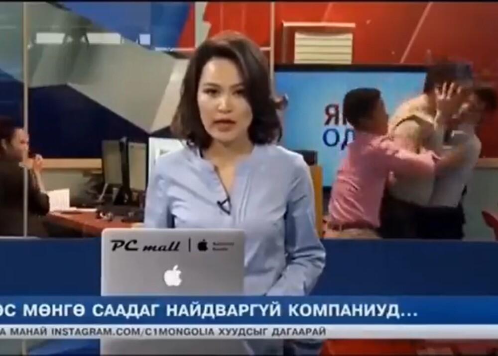 Hombres peleándose en set de noticias Foto Captura de video.jpg