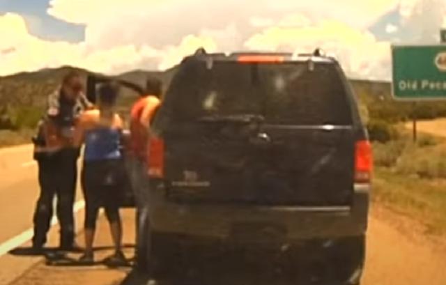 Un Policía salvó a una niña de un año de morir ahogada con un cheeto.PNG