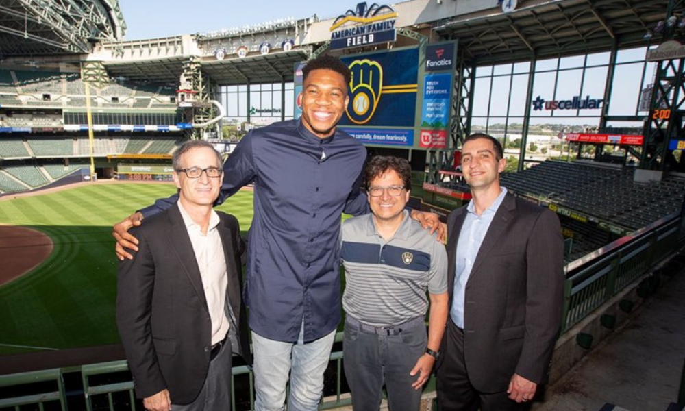 Giannis Antetokounmpo fue presentado como copropietario de los Cerveceros de Milwaukee.