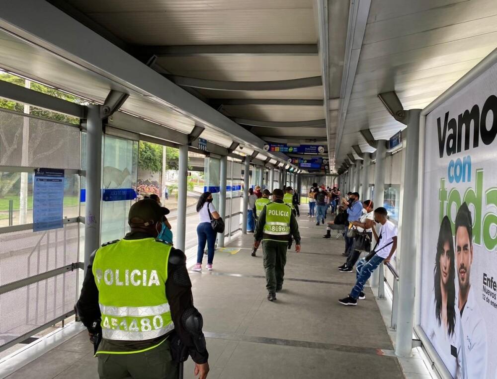 policia en las estaciones del mio en cali.jpg