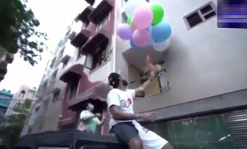 Mando a volar a su perro amarrado a globos de helio