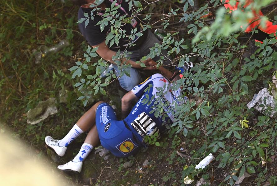 Remco Evenepoel sufrió horripilante caída y fue trasladado a un hospital
