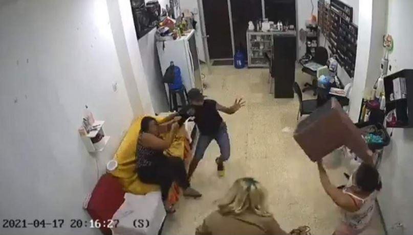 mujeres enfrentan ladrón en salón de belleza en Ecuador