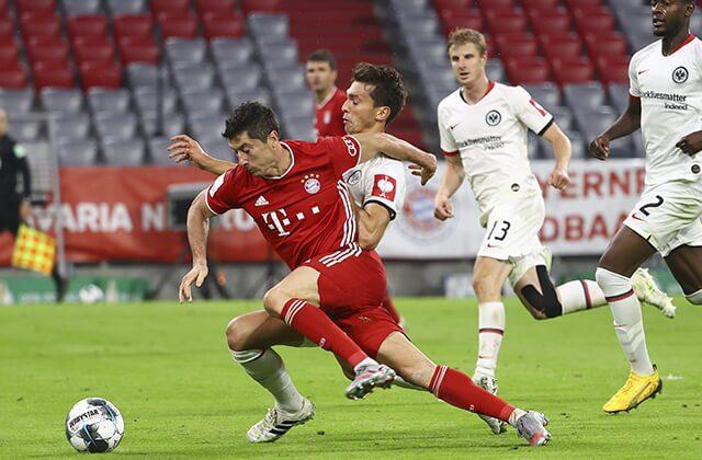 338661_Acción de juego entre Bayern Munich y Eintrach Frankfurt
