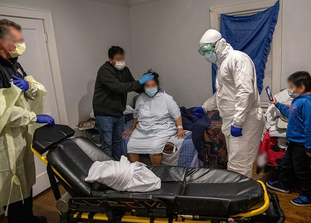 371960_Paciente con coronavirus y familiares // Foto: AFP, imagen de referencia