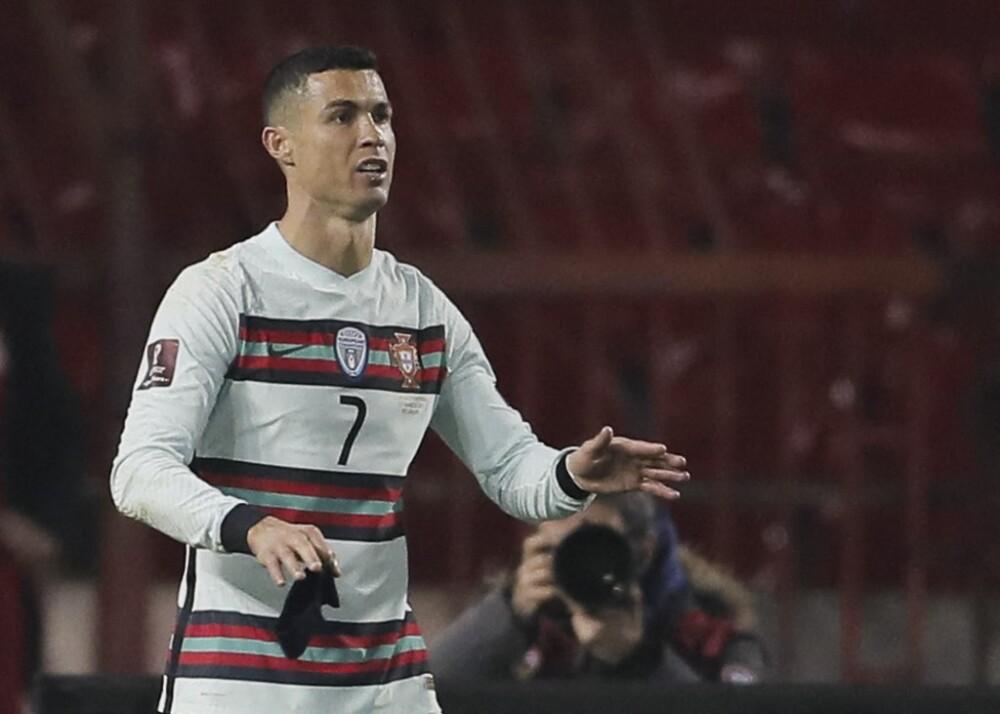 Brazalete de capitán que Cristiano Ronaldo tiró al césped. Foto AFP