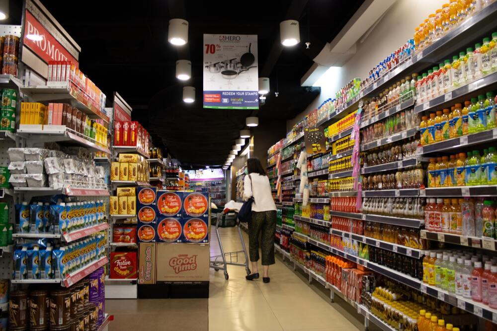 Mujer lame productos en un supermercado para, supuestamente, fortalecer el sistema inmune.