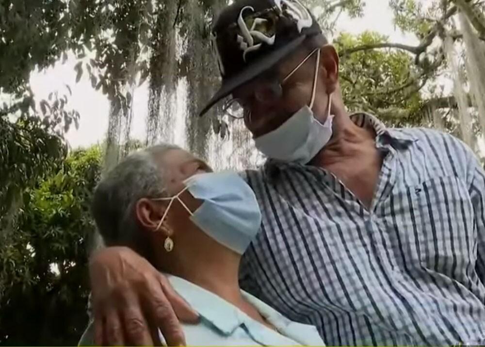 pareja de adultos mayores que se conocio en pandemia y se quieren casar.jpg