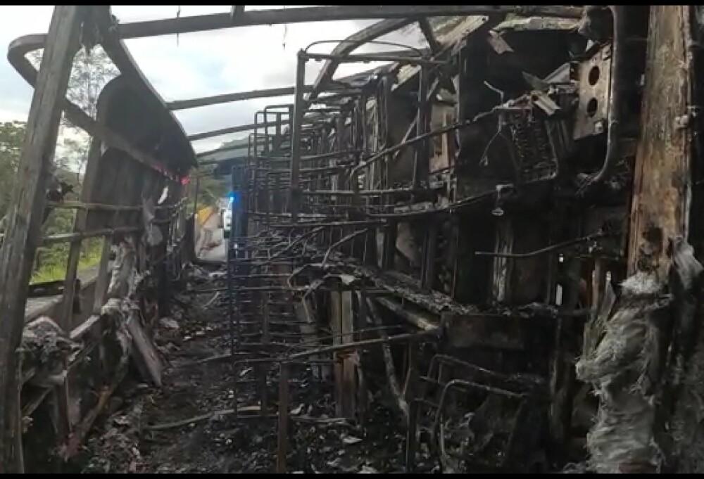 Bus incinerado en vía Bogotá-Ipiales