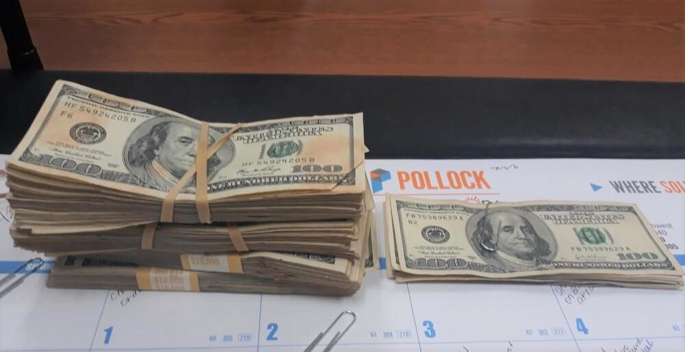 Suma de dinero encontrada en ropa donada