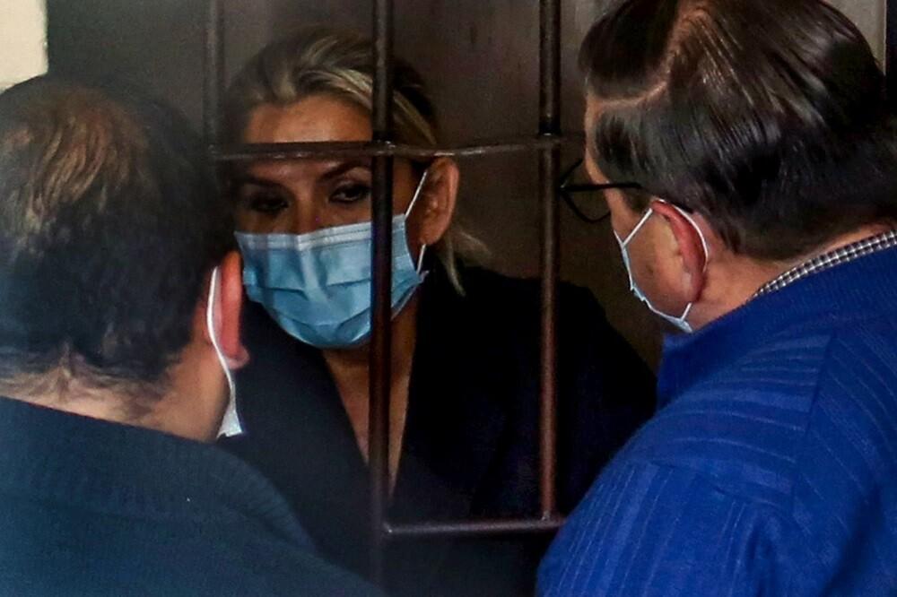 Reportan que Jeanine Áñez intentó autolesionarse en prisión.
