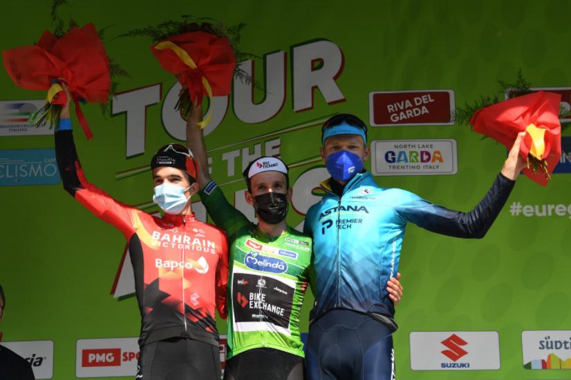 Pello Bilbao (I), Simon Yates (C) y Aleksandr Vlasov (D) en el podio final del Tour de los Alpes.